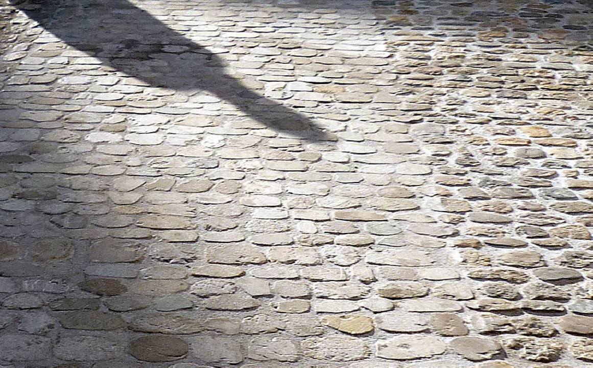 Rechts das hubbelige Pflaster, links das geglättete – in Basel.   | Foto: Privat