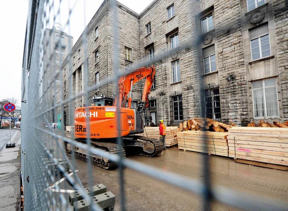 Ein schweres Baufahrzeug fährt am Frei...ten für den Abbruch zu transportieren.  | Foto: dpa