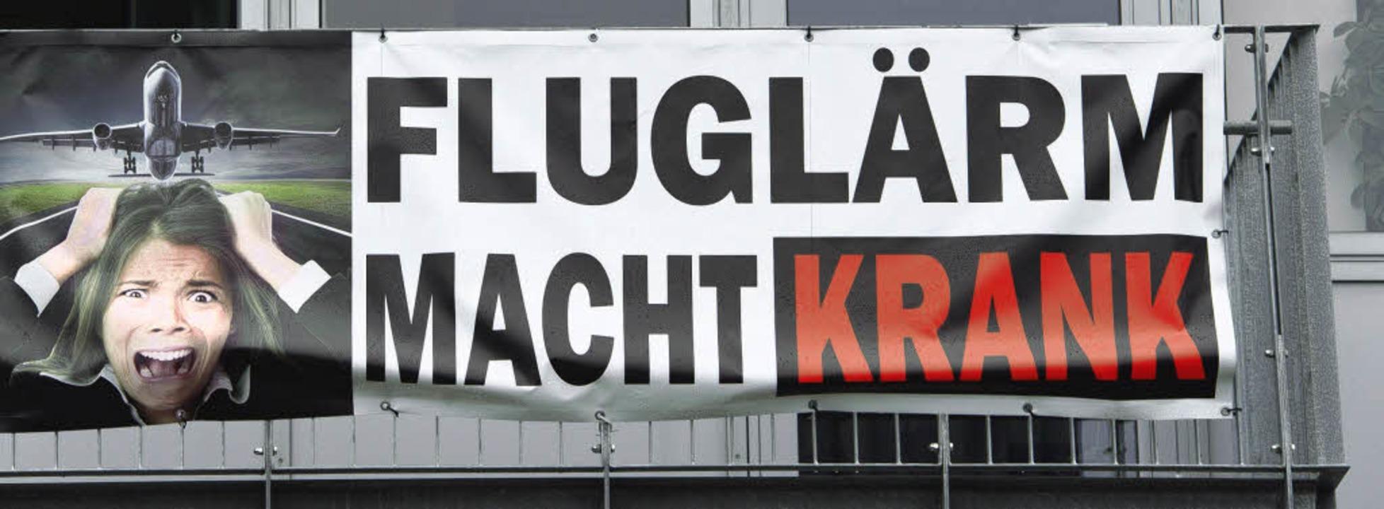 Protest gegen Fluglärm: Dieses Schild ...tzt wird auch am Hochrhein mobilisiert    Foto: DPA/SIEBOLD/Model