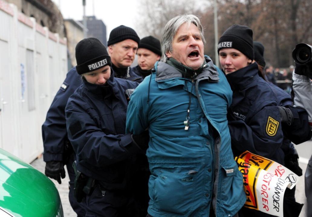 Ein Gegner des umstrittenen Bahnprojek...tuttgarter Hauptbahnhofs zu behindern.    Foto: dpa