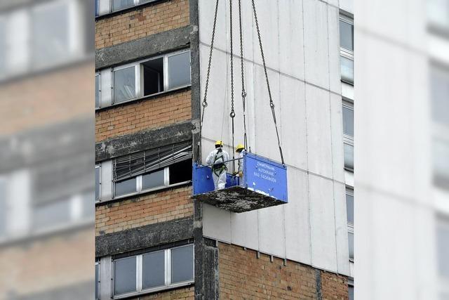 Asbesthaltige Platten werden vorsichtig entfernt