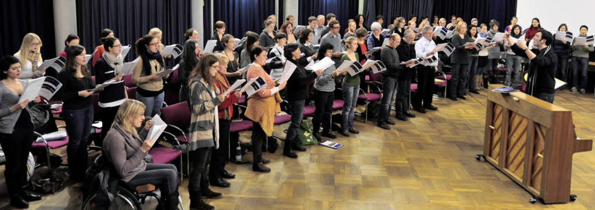 Konzentrierte Probenarbeit im Senatssa...chts beim Klavier) gibt den Takt vor.     Foto: Ingo Schneider