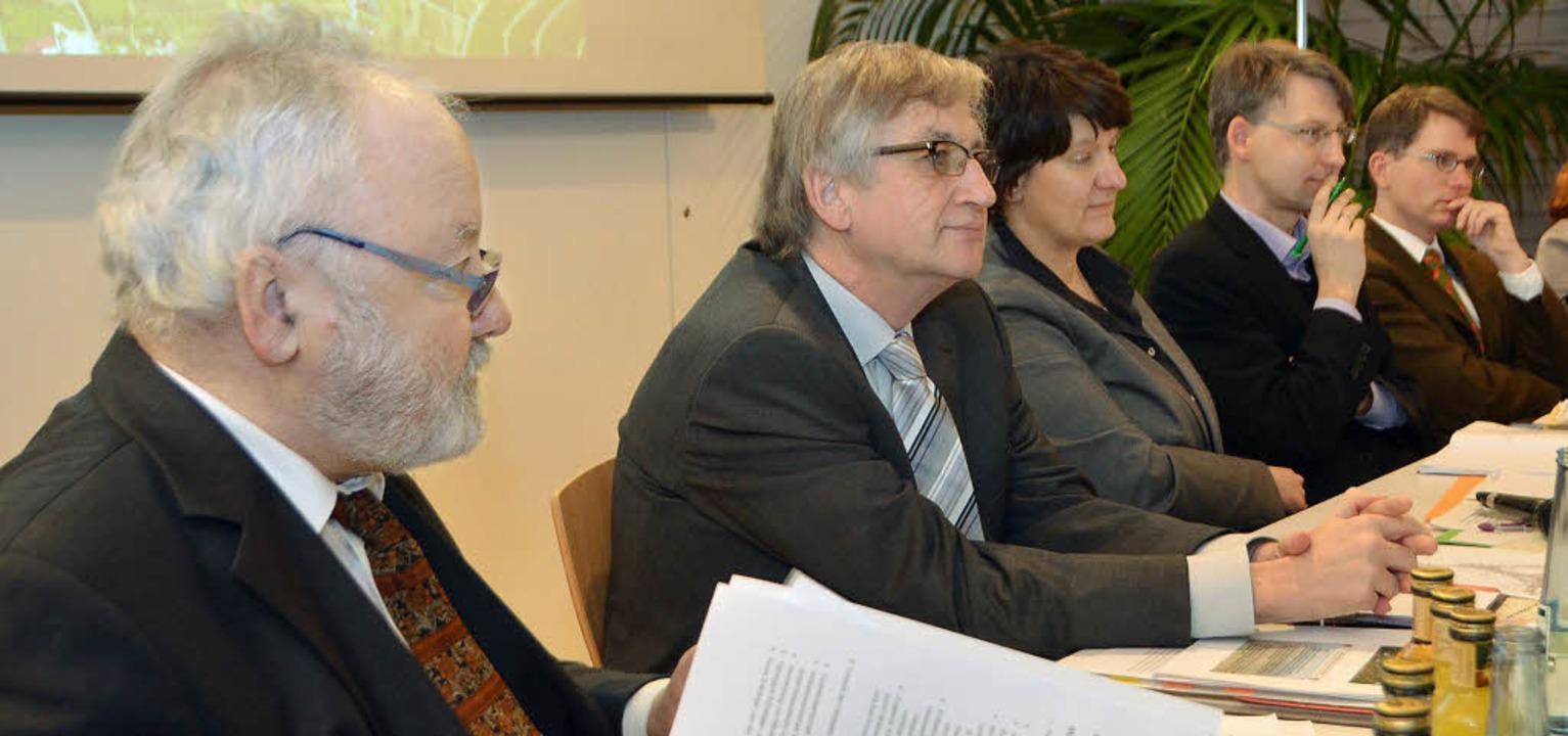 Vor Ort: Werner Hofmann vom Regierungs...la Splett und ihre beiden Mitarbeiter   | Foto: bury
