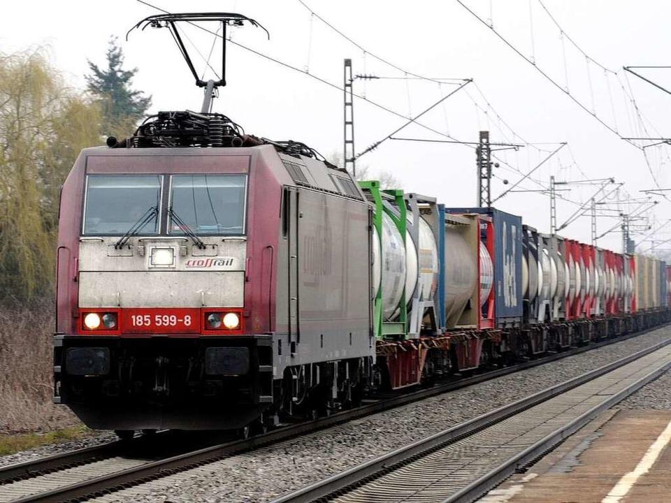 Ein Güterzug durchfährt den Bugginger ...n. Die Rheintalstrecke ist überlastet.  | Foto: dapd