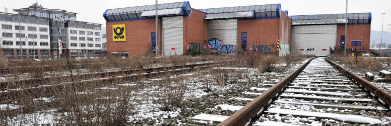 Das Posthorn hängt noch an der Fassade...wird in den nächsten Tagen abgerissen.  | Foto: Ingo Schneider