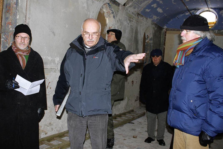 Dr. Eckhard Wegner und Mahmoud Azad vo...ßnahmen der Badhofkapelle in Bad Boll.  | Foto: Martha Weishaar