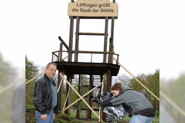 Begehbarer Riesenstuhl wird abgebaut