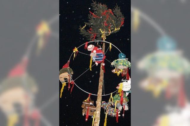 Narrenbaum mit Muskelkraft aufgerichtet