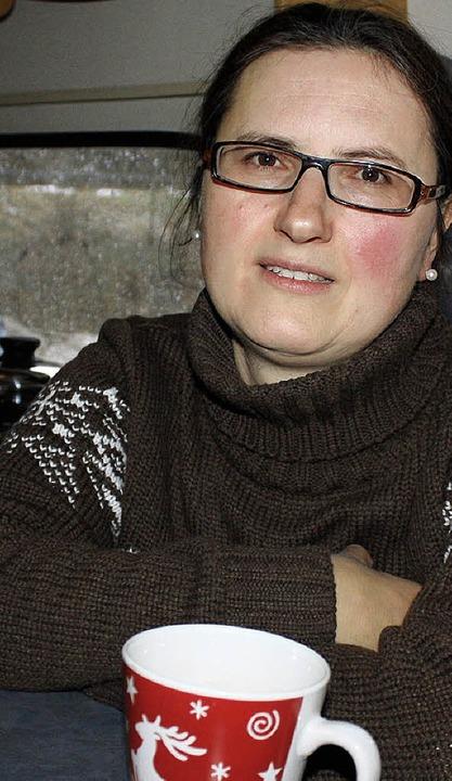Gegen die Winterkälte hilft heißer Tee: Barbara Domberger in ihrem Campingbus   | Foto: Schmidt