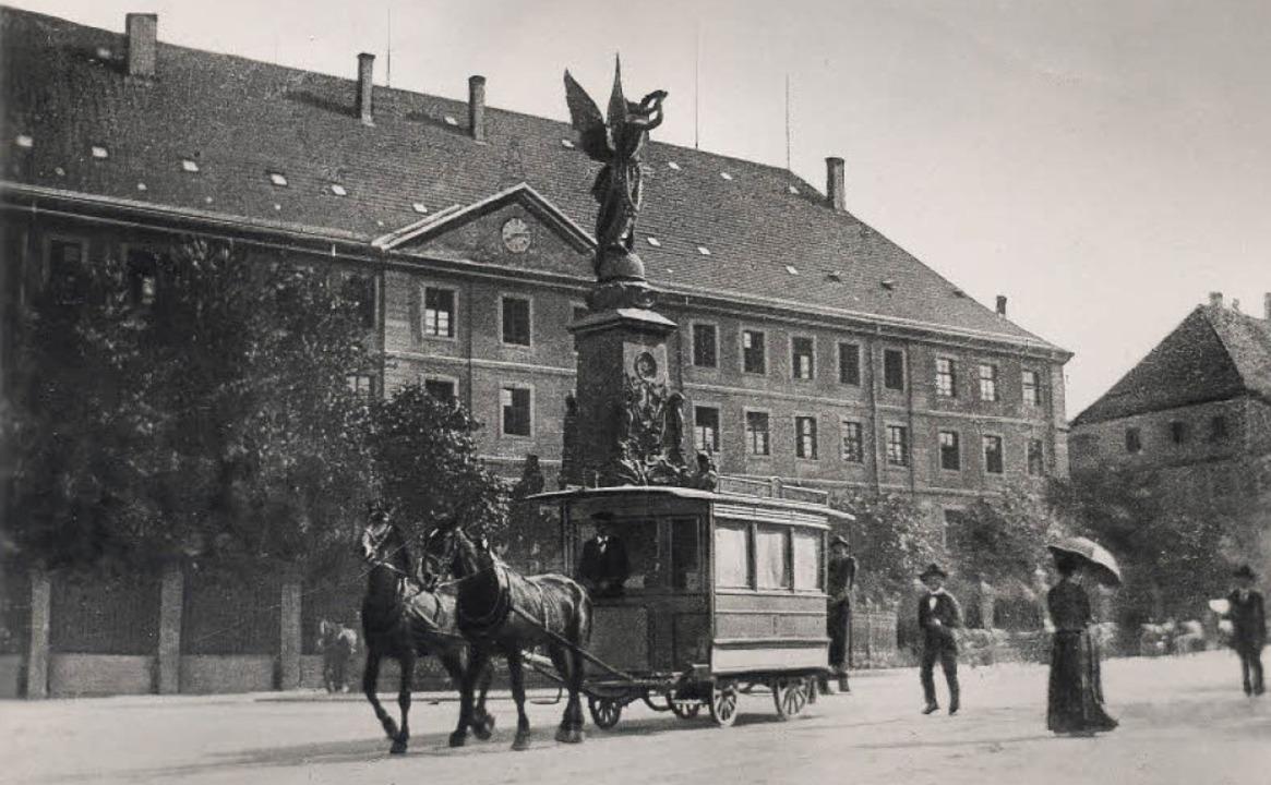 Einen Pferdeomnibus am Siegesdenkmal (... die nach  1897 entstandene Aufnahme.   | Foto: Augustinermuseum