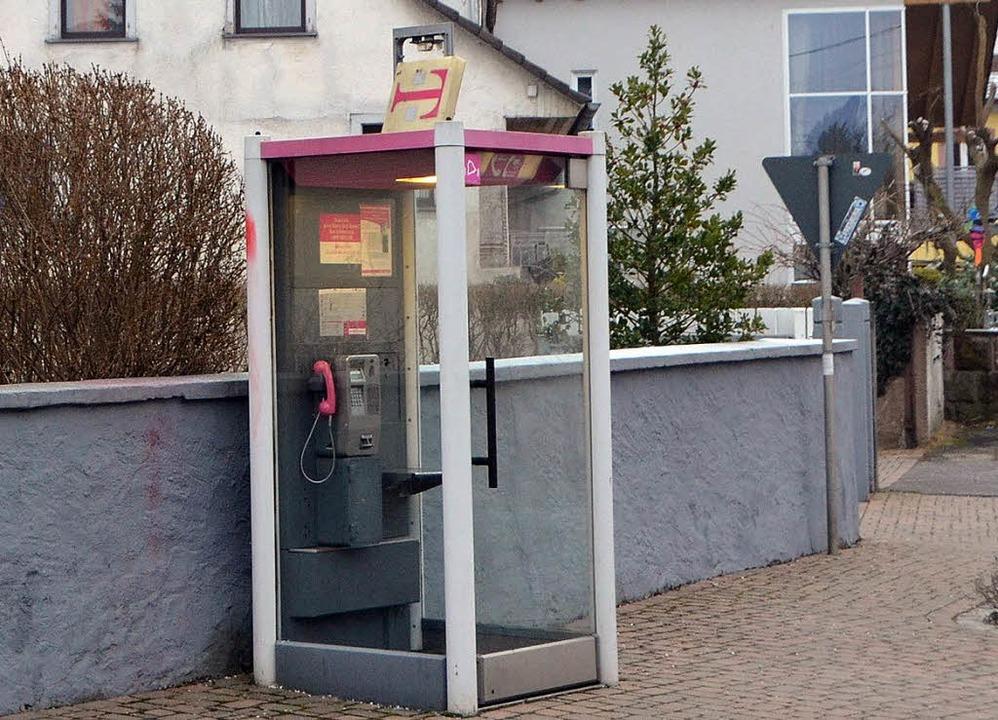 Die Telefonzelle in Gottenheim ist int...s Schadens am Dachaufsatz stilllegen.   | Foto: manfred frietsch