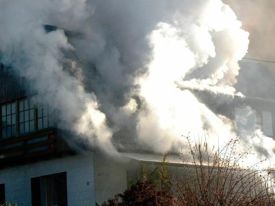 Brand in Mundingen: Die Feuerwehr hatt...ewaltigen Rauchentwicklung zu kämpfen.    Foto: Aribert Rüssel