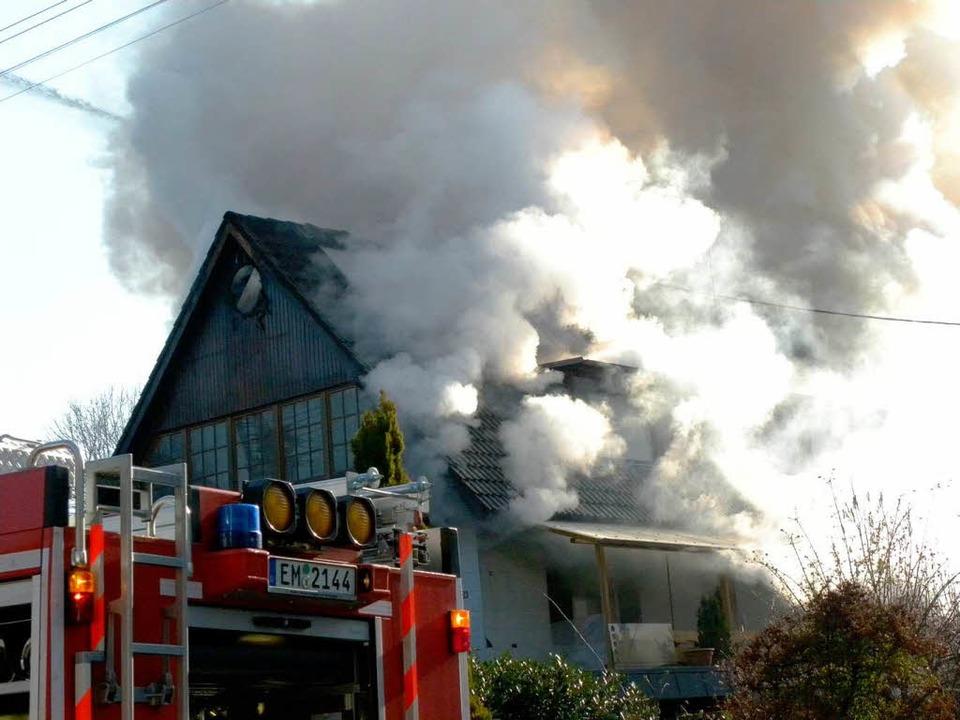 Hoch stiegen die Rauchwolken beim Brand einer Schreinerei in Mundingen.    Foto: Aribert Rüssel
