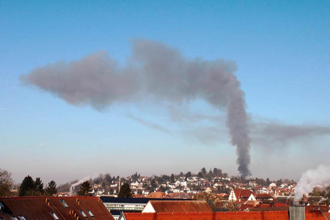 Die Rauchwolke über Mundingen war von weit her zu sehen.    Foto: Ulrich Spitzmüller