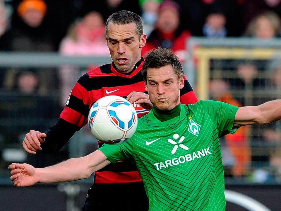 Pavel Krmas hier gegen Bremens Markus Rosenberg  | Foto: dapd