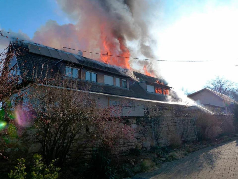 Meterhoch schlugen die Flammen aus dem Dach des Gebäudes.    Foto: Feuerwehr Emmendingen