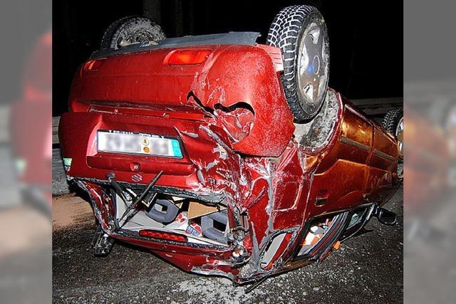 Auto überschlägt sich Fahrer verletzt