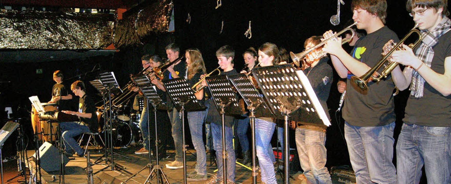 Die MCG-Big-Band bei ihrem Auftritt au...Foyer des Kirchzartener  Schulzentrums    Foto: Charlotte Schmid