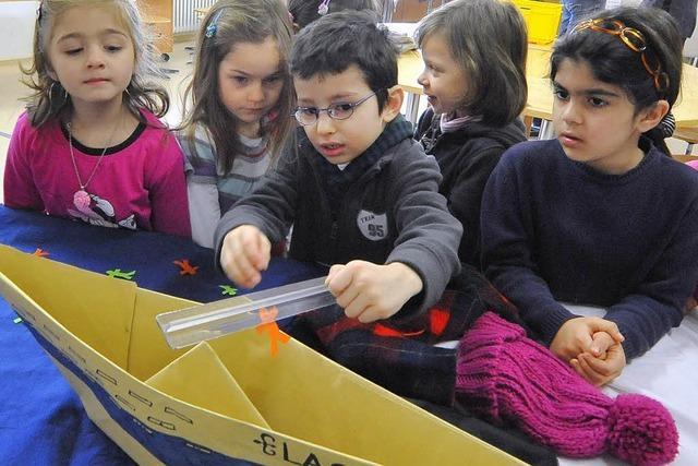Schüler machen spannende Experimente zum Thema Elektrizität