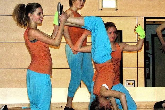 Junge Tänzerinnen bringen Pokale heim