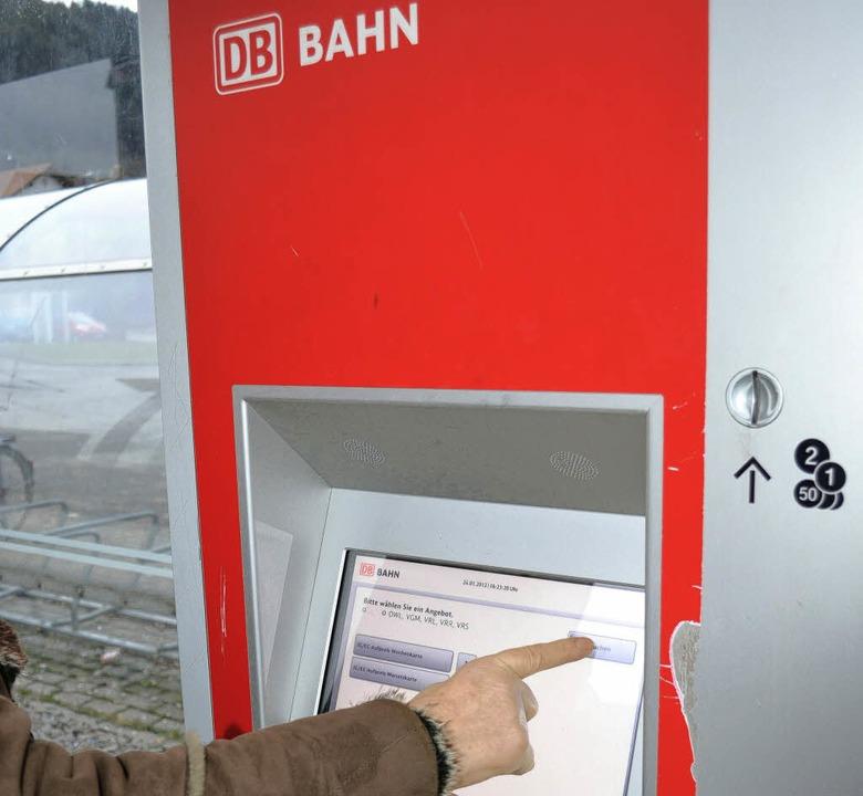 Der RVL verkauft im Kreis Lörrach pro ...nzüberschreitend gültige Monatskarten.    Foto: Paul Berger