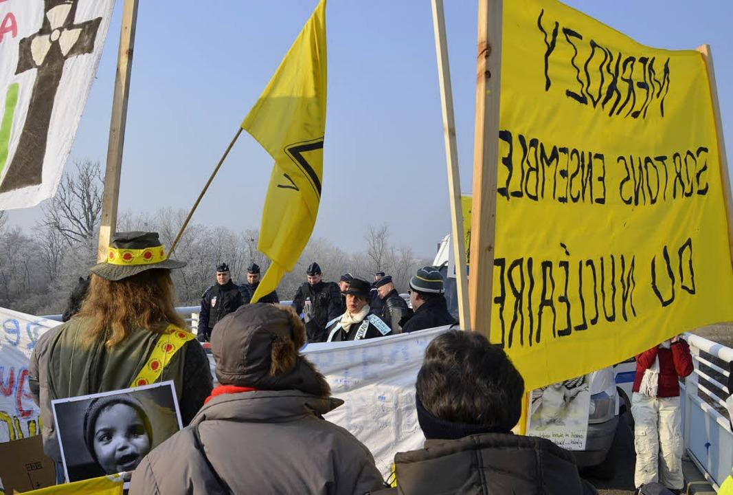 Schengen? Gilt heute nicht – Gen...KW-Gegner auf der Brücke bei Hartheim   | Foto: Sebastian Wolfrum