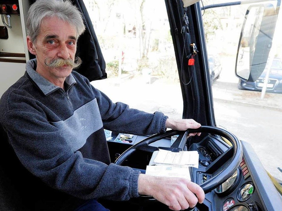 Klaus Fischer fährt den Bus und wirbelt am Tresen.    Foto: Ingo Schneider
