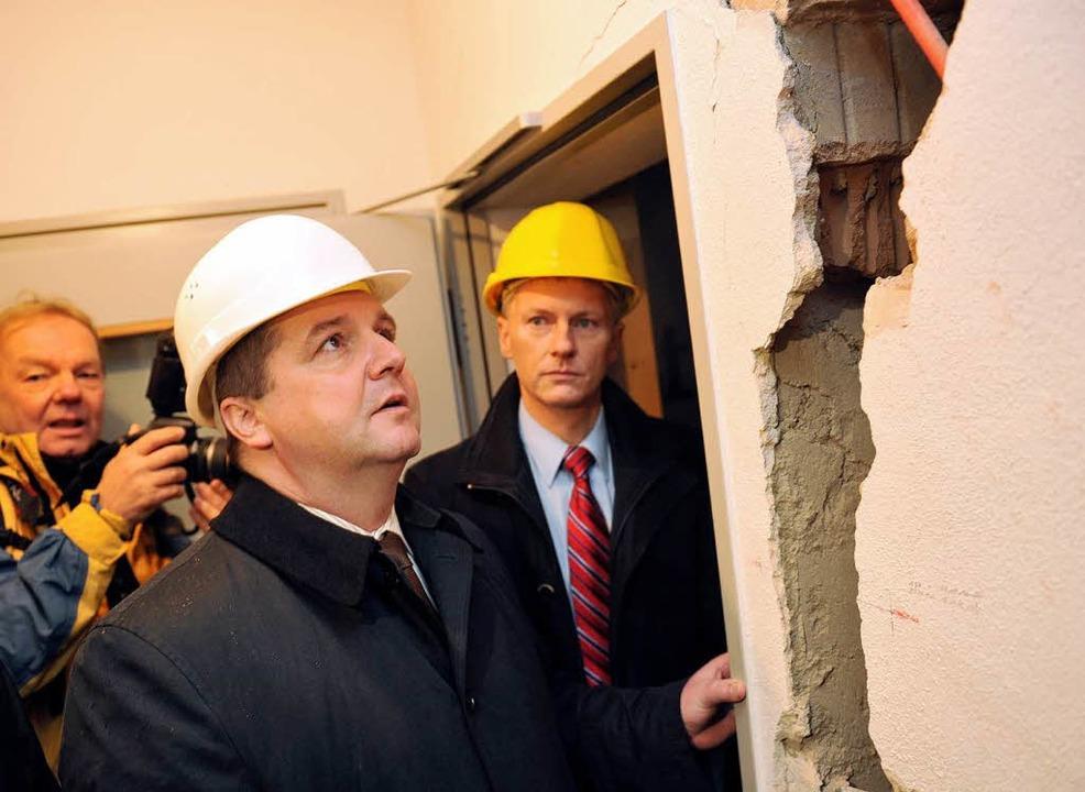 Der ehemalige Ministerpräsident Baden-..., begutachtet die Hebungen in Staufen.  | Foto: dpa