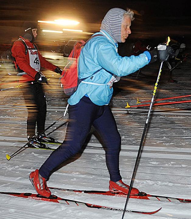 Eiskalter Start: Die ersten Meter bewä...ackläufer in Schonach unter Flutlicht.  | Foto: Patrick Seeger