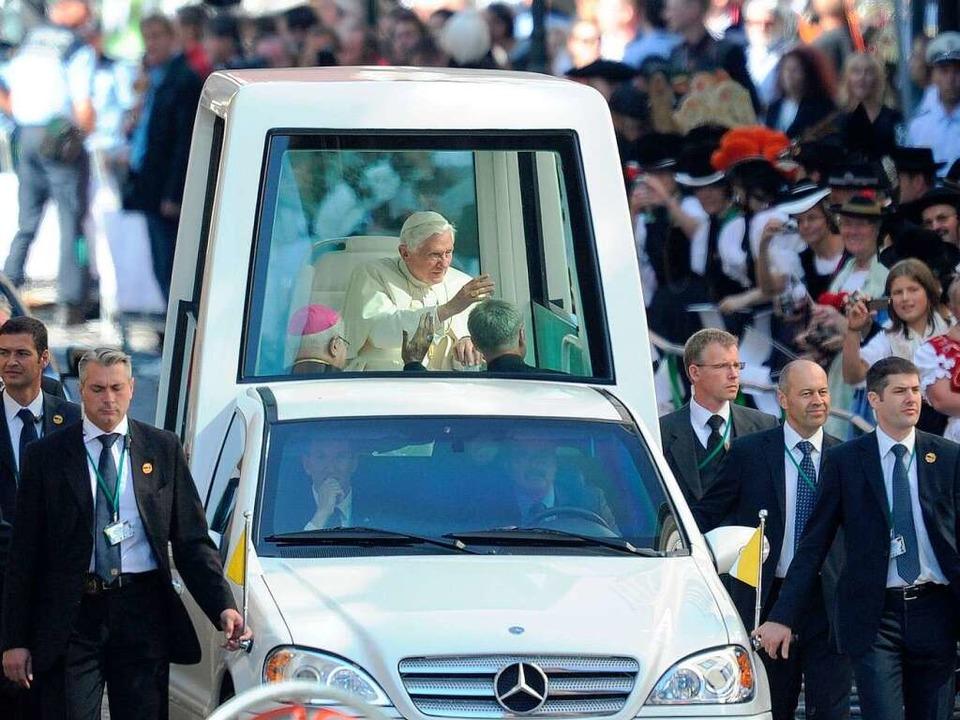 Der Papst in der Kaiser-Joseph-Straße in Freiburg.  | Foto: dapd