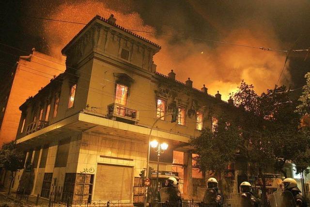 Parlament akzeptiert Sparpaket - Brände in Athen