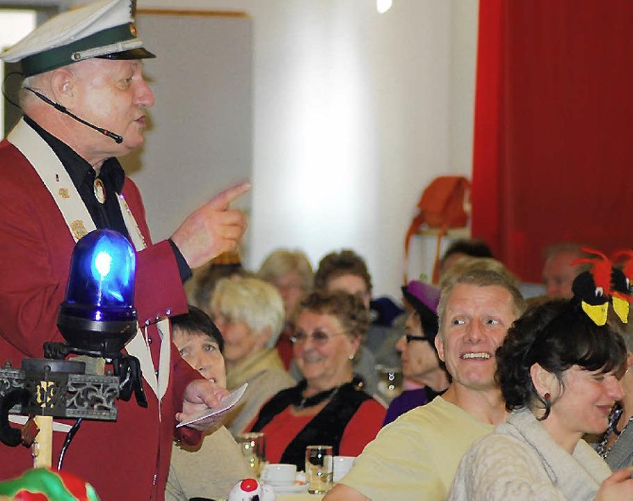 Hans Rohrbach führte in verschiedenen ...und mit viel Humor durch das Programm.  | Foto: Thomas Loisl Mink