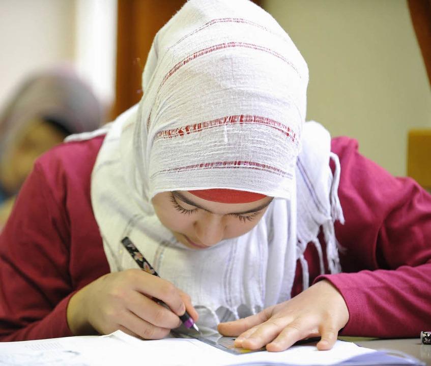 Mädchen, die ein Kopftuch tragen, haben weniger Chancen.   | Foto: ddp