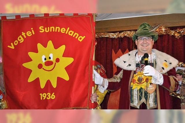 Hürus kommt mit Sunneland-Fahne
