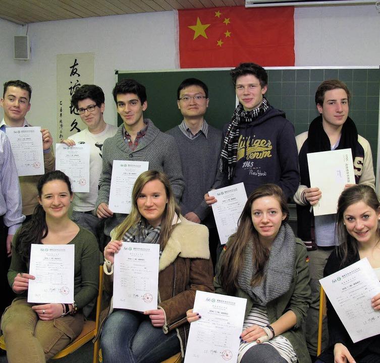 Zwölf Oberstufenschülerinnen und -schü...dsprache, erfolgreich bestanden.Kolleg  | Foto: Kolleg