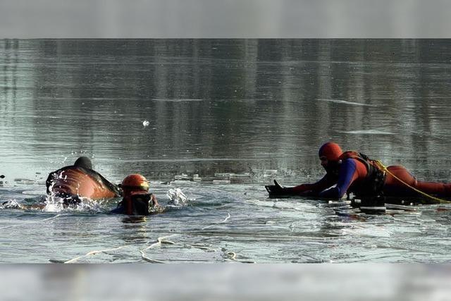 Eis auf dem Altrhein ist viel zu dünn zum Schlittschuhlaufen