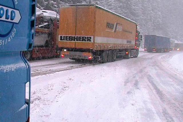 Unfälle durch Schnee und Eis – Verkehr teilweise stark behindert