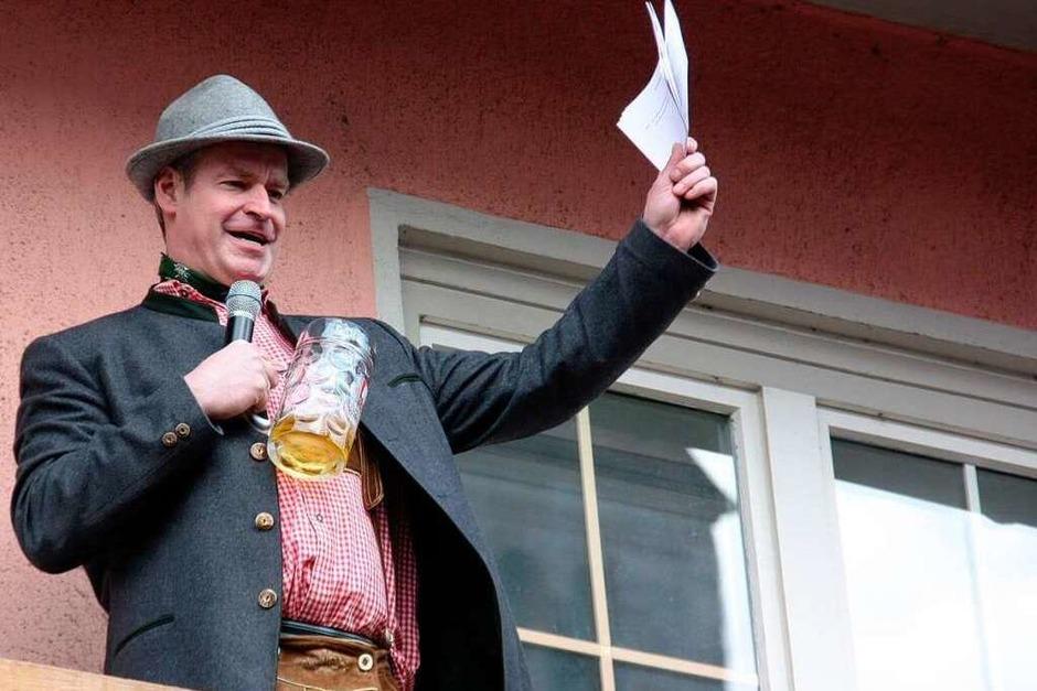 Bürgermeister Oliver Rein verteidigt im zünftigem bayrischen Outfit sein Hofbräuhaus. (Foto: Christine Aniol)