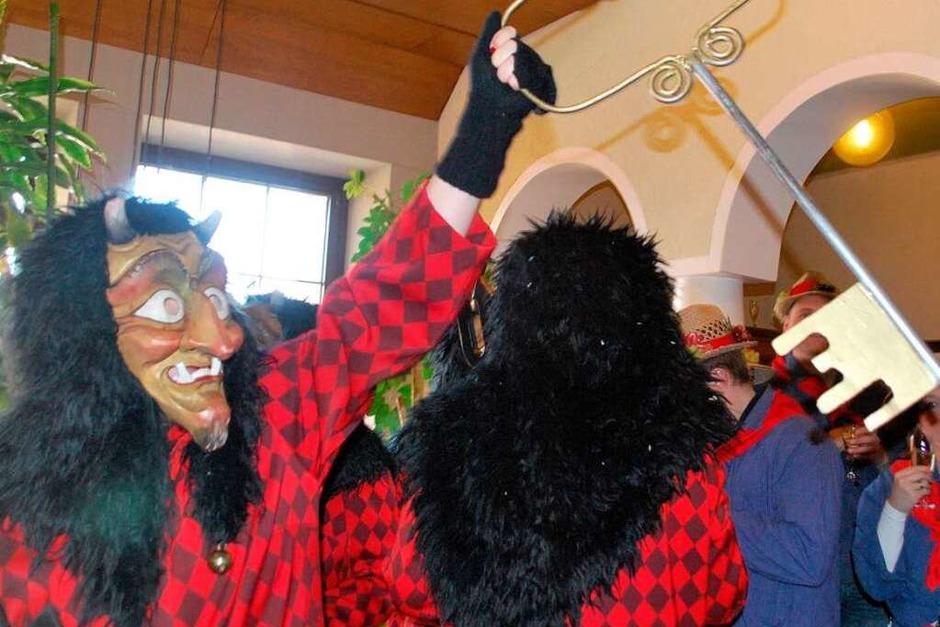Stolz präsentieren die Schelinger Bergteufel den Rathausschlüssel. (Foto: Benjamin Bohn)