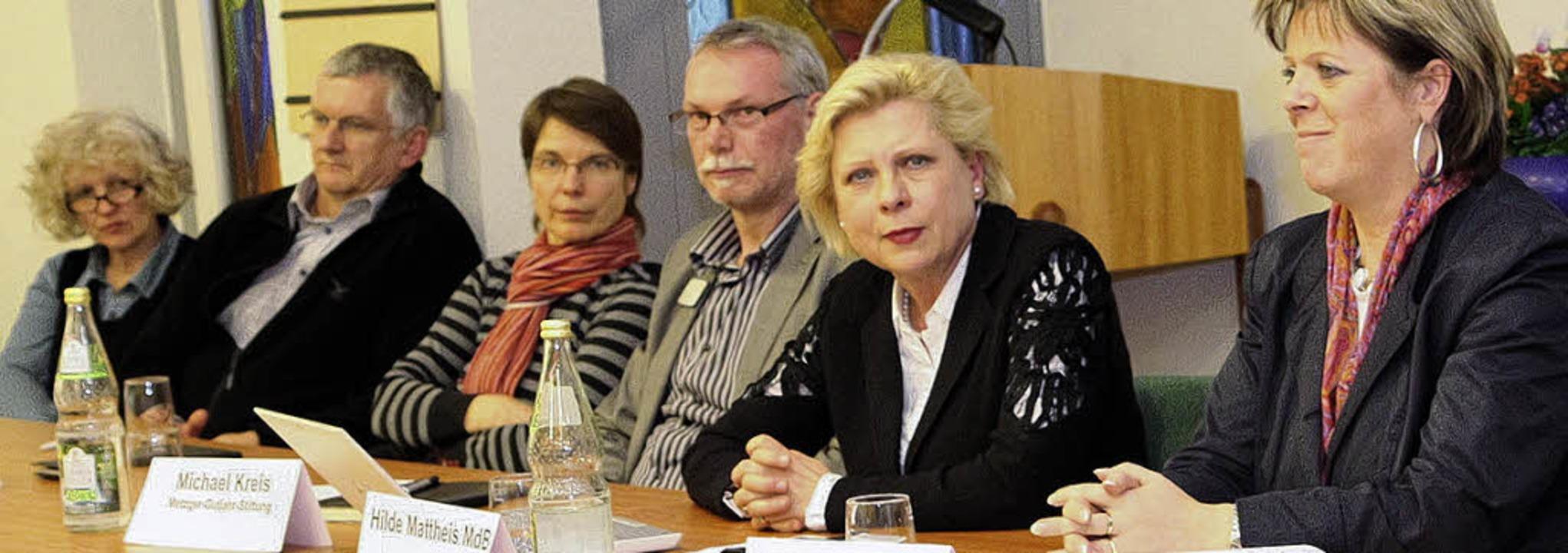 Die SPD-Bundespolitikerin Hilde Matthe...chts) und Experten des Pflegebereichs.  | Foto: Dagmar Barber
