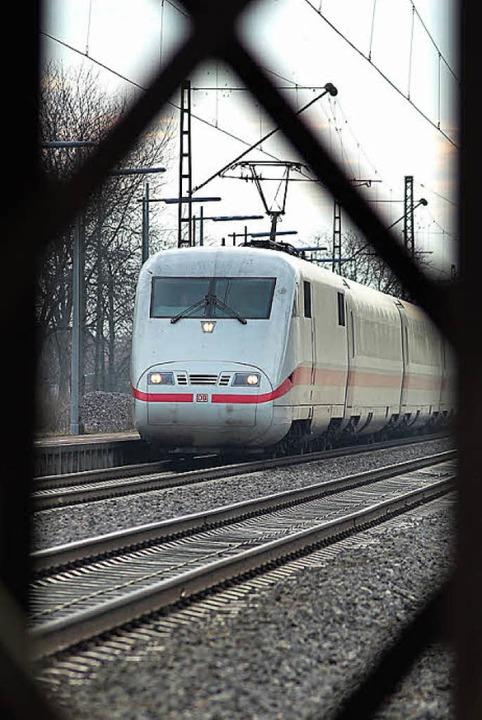Ein ICE auf der Rheintalstrecke bei Buggingen.     Foto: Siegfried gollrad