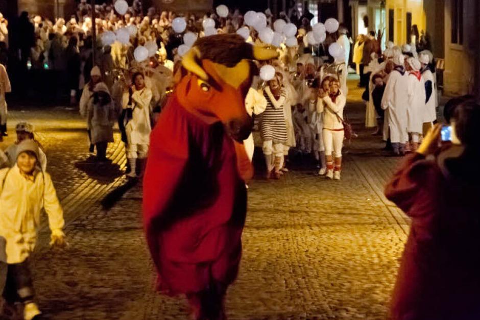 Tausende von Hemdglunkern zogen durch die Endinger Altstadt zum Marktplatz. Das Stadttier machte den Weg frei, (Foto: Martin Wendel)