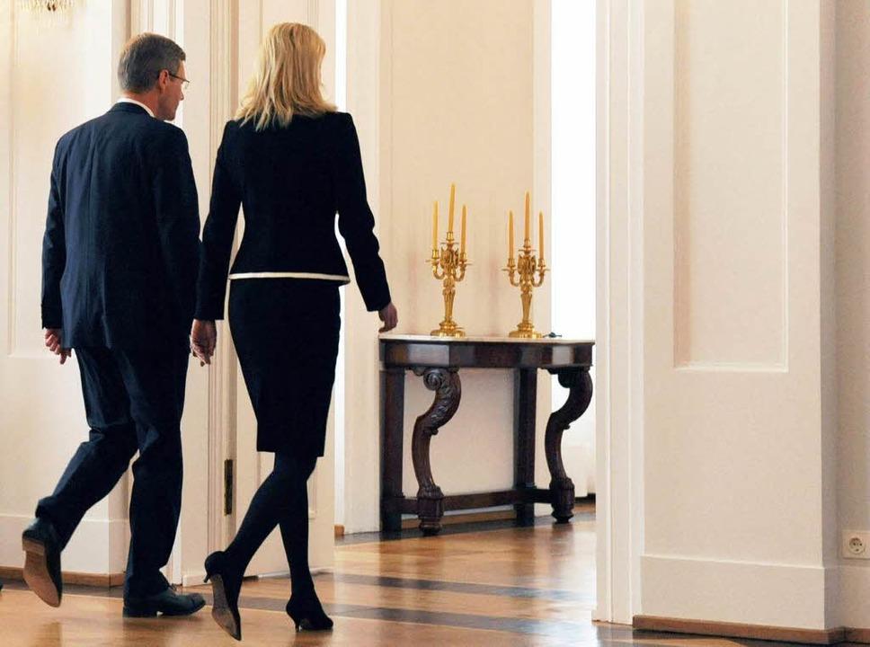 Das Ende: Christian Wulff und seine Fr...räsident seinen Rücktritt erklärt hat.  | Foto: dpa