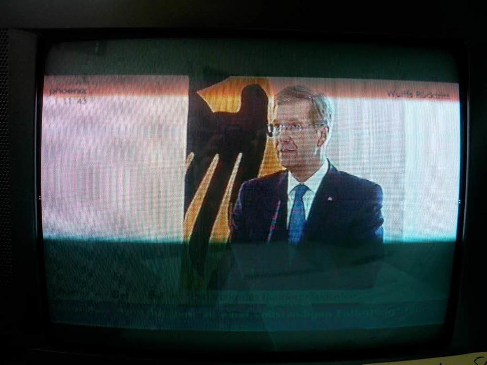 In einer Fernsehansprache gibt Wulff seinen Rücktritt bekannt.  | Foto: hans-jürgen truöl