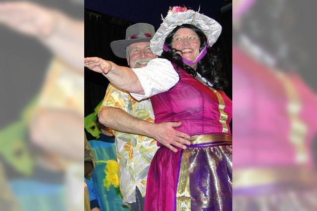 Auf der Bühne bieten die Frauen närrischen Spaß