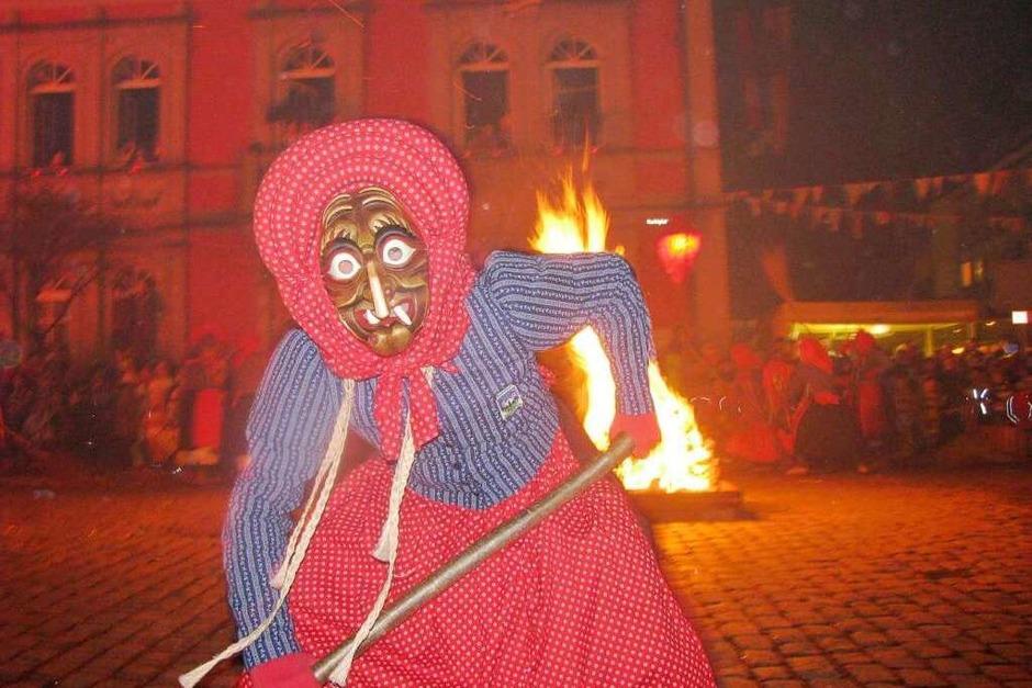 Hexen versammeln sich auf dem Waldkircher Marktplatz zum Hexensabbat. (Foto: Linus Joos)
