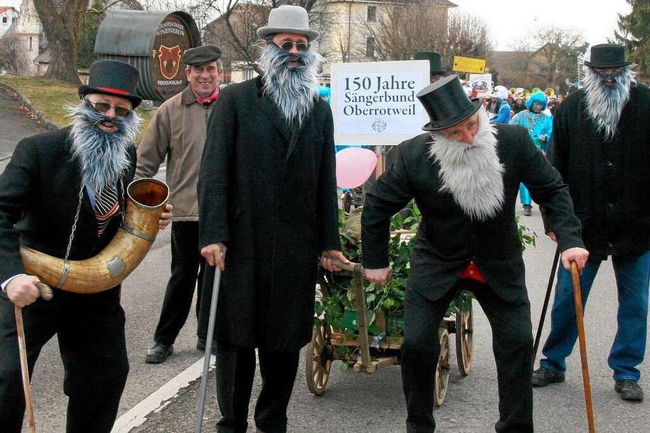 Auf das Jubiläumsfest des Sängerbunds machten diese betagten Herren beim Umzug in Oberrotweil aufmerksam. (Foto: Herbert Trogus)