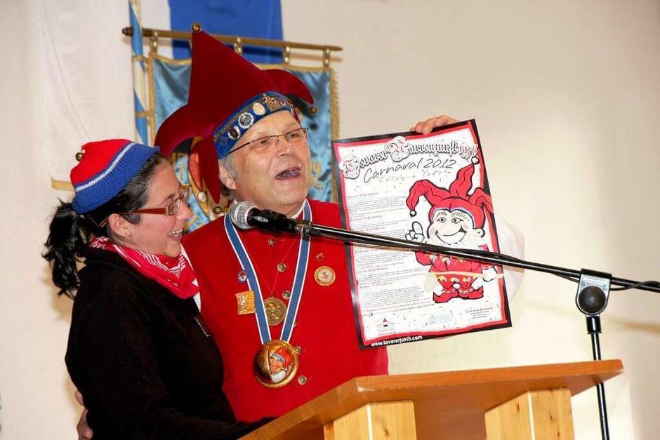Alexandra Collin und Oberzunftmeister Dr. Franz-Josef Vollherbst mit dem Fasnetsplakat der Tovarer Jokili. (Foto: Martin Wendel)