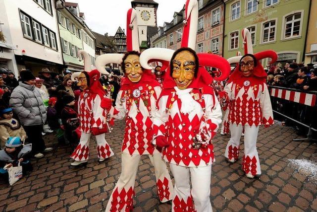Zehntausende Zuschauer feiern beim Narrenumzug in Freiburg