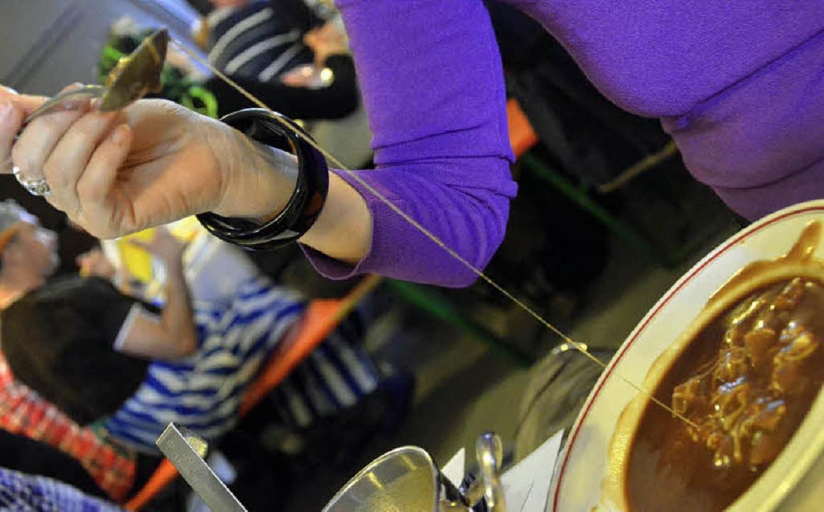 Mehlsuppe essen ist, der Käsefäden wegen, gar nicht so einfach.  | Foto: Barbara Ruda